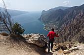 Blick auf Limone, Wandern bei Pregasina über Riva, Westufer, Nördlicher Gardasee, Trentino, Italien