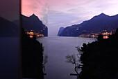 Spiegelung am Abend bei Limone, Nördlicher Gardasee, Lombardei, Italien