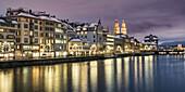 Grossmuenster Limmatquai Daemmerung, Schweiz Zürich