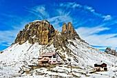 Dreizinnenhütte, Rifugio Locatelli hut, in front of the snow-covered peak Sextener Stein and Tower of Toblin, Torre di Toblin, Sesto Dolomites, South Tyrol, Trentino-Alto Adige, Italy.