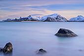 Strand mit Blick auf Flakstadoya, Lofoten, Nordland, Norwegen