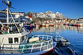 Hafen, Schiffe und Fischerhäuser in Henningsvaer, Lofoten, Nordland, Norwegen