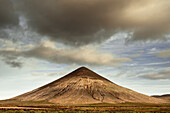 The mountain of Tindaya It has a special historical and archaeological interest for the amount of rock engravings that there are. Tindaya was a sacred place for the aboriginal population of Fuerteventura, the majos, who sculpted over it more than 300 engr