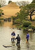 Japan, Kumamoto, Suizenji Garden, gardeners