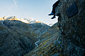 Climber enjoys the view from the Niederjochbach, E5, Alpenüberquerung, 6th stage, Vent,Niederjochbach, Similaun hut, Schnalstal, Vernagt reservoir, Meran