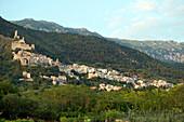 Der Ort Roccacasale klebt an den Hängen des Majella Nationalparks, Roccacasale, Abruzzen, Italien