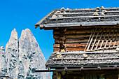 Holzhütte vor dem Schlern Gebirge, Compatsch, Seiser Alm, Südtirol, Italien