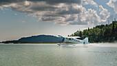 Seaplane in the Tuxedni Bay, Lake-Clark-Nationalpark, Alaska, USA