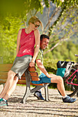 junge Frau und junger Mann, Paar, Pause  auf Fahrradtour, Kochel, Bayern, Deutschland