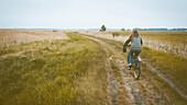 Radfahrer auf dem Darßer Hochwasserdamm im Herbst