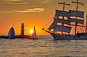 Traditionssegler am Molenfeuer in Warnemünde; Rostock; Hanse Sail; Ostseeküste; Mecklenburg-Vorpommern; Deutschland
