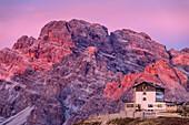 Auronzo-Hütte vor Monte Cristallo im ersten Licht, Auronzo-Hütte, Drei Zinnen, Sextener Dolomiten, Dolomiten, UNESCO Welterbe Dolomiten, Venetien, Venezien, Italien