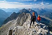 Zwei Frauen steigen zum Wörner auf, Wörner, Karwendel, Oberbayern, Bayern, Deutschland