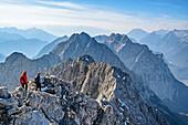 Zwei Frauen steigen vom Wörner ab, Karwendel im Hintergrund, Wörner, Karwendel, Oberbayern, Bayern, Deutschland