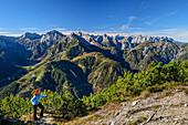 Frau beim Wandern steigt zur Seebergspitze auf, Karwendel im Hintergrund, Seebergspitze, Karwendel, Tirol, Österreich