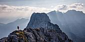 Junge Frau beim Wandern auf Bergrücken, Hackenköpfe, Wilder Kaiser, Tirol,Österreich