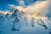 Aiguille Verte im ersten Morgenlicht, Neuschnee, Chamonix, Haute-Savoie, Frankreich