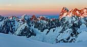 Sonnenuntergang in der hochalpinen Landschaft rund um die Cosmiques-Hütte, Grandes Jorasses, Mont-Blanc-Region, Haute-Savoie, Frankreich