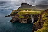 Múlafossur Wasserfall in der Nähe des Dorfs Gásadalur fällt in den Atlantischen Ozean, Vagar, Faröer Inseln