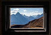 Blick durch das Fenster eines alten Bunkers auf die Lienzer Dolomiten, Stoneman Trail, Osttirol, Österreich