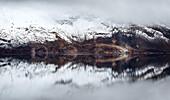 Erster Schnee im isländischen Hochland am See Öskjuvatn, Spiegelung, Wolken, Askja, Island