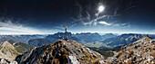 Bergwanderer auf dem  Gipfel des Daniel , Daniel, Ammergauer Alpen, Tirol, Österreich