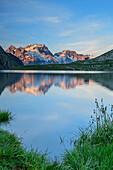 See Lac du Goléon mit Meije im Gebiet Ecrins im Alpenglühen, Lac du Goléon, Nationalpark Ecrins, Dauphine, Dauphiné, Hautes Alpes, Frankreich