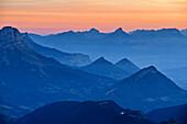 Morgenrot über Moucherolle und den Bergen des Parc Naturel Regional de Chartreuse, vom Grand Veymont, Vercors, Dauphine, Dauphiné, Isère, Frankreich