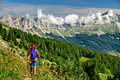 Mrs hiking, rock crashes of the Vercors and mouche role in the background, Vercors, Dauphine, Dauphine, Isère, France