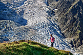 Woman wanders about Wies back, Taconnaz glacier in the background, pyramid, Mont Blanc, Grajische Alps, the Savoy Alps, Savoie, France