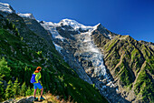 The woman gets up, back and overlooks taconnaz glacier, pyramid and Mont Blanc, Mont Blanc, Grajische Alps, the Savoy Alps, Savoie, France
