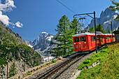 Rote Zahnradbahn von Montenvers fährt ins Tal, Grandes Jorasses im Hintergrund, Montenvers, Mont Blanc, Grajische Alpen, Savoyer Alpen, Haute-Savoie, Frankreich