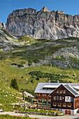 Freiburger Hütte vor Rote Wand, Lechweg, Lechquellengebirge, Vorarlberg, Österreich