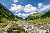 Lech fließt durch Gebirgstal, Lechweg, Lechquellengebirge, Vorarlberg, Österreich