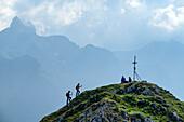 Zwei Frauen beim Wandern gehen auf Gipfelkreuz des Rötelstein zu, Rötelstein, Dachstein, Salzburg, Österreich