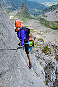Two women will increase over the via ferrata to the donkey, donkey stone on stone, the Dachstein, Styria, Austria