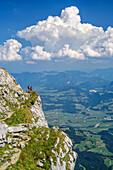 Zwei Frauen wandern auf ausgesetztem Wiesenband, Salzachtal im Hintergrund, Schustersteig, Hoher Göll, Berchtesgadener Alpen, Oberbayern, Bayern, Deutschland