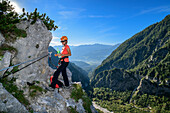 The woman makes on a via ferrata Bettelwurf Pause, Absamer via ferrata, bettelwurf, Karwendel, Tyrol, Austria