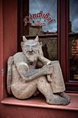nackter Teufel mit Bierkurg, Skulptur am Mönchshof (Gasthaus), Bautzen, Oberlausitz, Sachsen, Deutschland