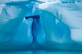 Blautöne von extrem hell bis tief und dunkel sind in diesem Detail eines skulpturalen Eisbergs zu sehen, Paradise Bay (Paradise Harbour), Danco Coast, Graham Land, Antarktis