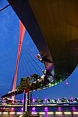 Nacht, Tolerance Bridge, Dubai Water Canal, Dubai, VAE, Vereinigte Arabische Emirate