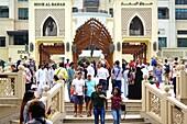 Besucher, Brücke, Dubai Mall, Souk Al Bahar, Downtown, Dubai, VAE, Vereinigte Arabische Emirate