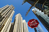 Stop Schild, Hochhauser, Dubai Marina, Dubai, VAE, Vereinigte Arabische Emirate