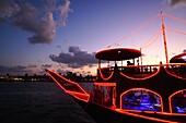 Abend, Dinner Cruise, Holzschiff, Dubai Creek, Dubai, VAE, Vereinigte Arabische Emirate