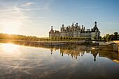 Schloss Chambord, Nordfassade, bei Sonnenaufgang, UNESCO-Weltkulturerbe, Chambord, Loire, Department Loire et Cher, Region Centre, Frankreich