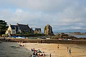 Sandstrand mit Ferienhäusern und Granitfelsen, La Gouffre, Plougrescant, Côte de Granit Rose, Cotes d'Armor, Bretagne, Frankreich