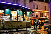 Posters in der Gelerie Butte Montmartre, 1 Rue des Saules, Montmartre, Paris, Frankreich, Europa