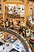Menschen im Kaufhaus Galeries Lafayette, Paris, Frankreich, Europa