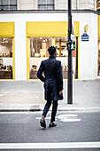 Ein afroamerikanischer Mann geht über die Straße, Paris, Frankreich, Europa