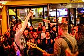 Live Musik in einer Bar in der Nähe von Place du Clichy, Paris, Frankreich, Europa